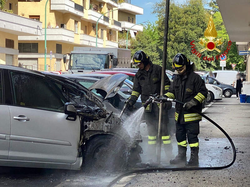 incendio-auto-via-malagrida-1