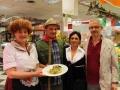 Irma Cauli con alcuni dipendenti  della Conad e il direttore Fabrizio Costantini.jpg