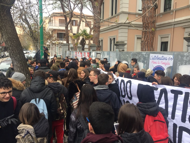 prostesta studenti scuola alberghiero pescara via italica (2)