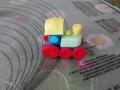 Tagliamo con il beccuccio del sac a poche 6 cerchi rossi, che saranno le ruote della locomotiva