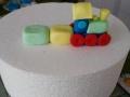 Formiamo altri due parallelepipedi con la pasta di zucchero colorata: saranno i vagoni del treno