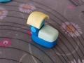Tagliamo un piccolo rettangolo di pasta di zucchero gialla ed applichiamolo a formare il tetto della locomotiva