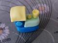 Formiamo una piccola pallina gialla e un piccolo tronco di cono giallo e incolliamoli sulla locomotiva