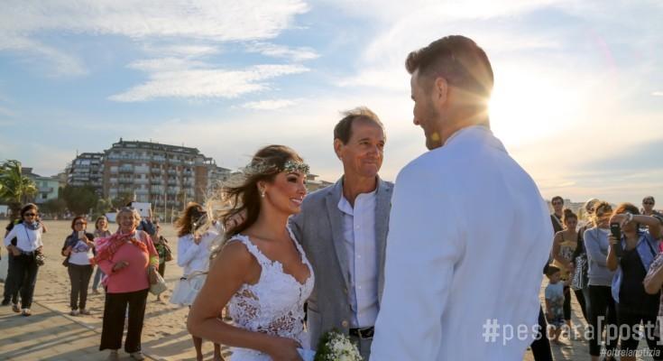 Matrimonio Sulla Spiaggia In Italia : Primo matrimonio sulla spiaggia a pescara ecco gli sposi
