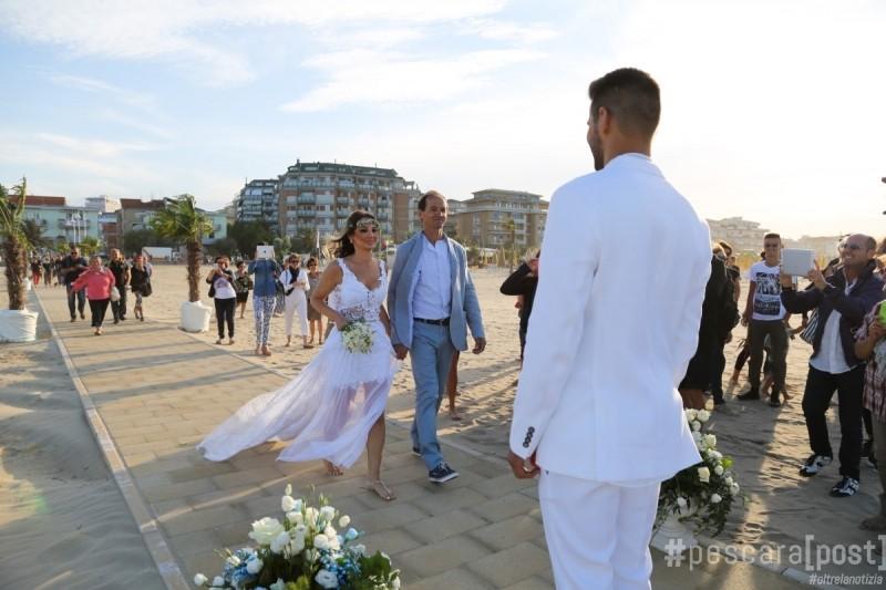 Matrimonio Spiaggia Uomo : Foto primo matrimonio in spiaggia a pescara pescarapost