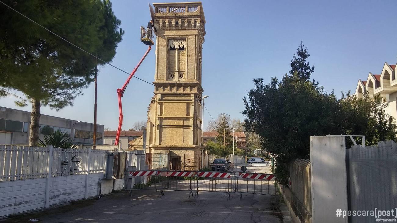 Torretta nei pressi del cementificio danneggiata dal for Interno della torretta vittoriana
