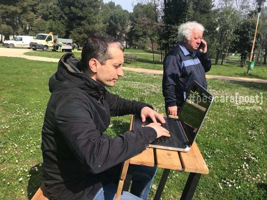 Panchine da computer per studiare e lavorare al parco ex - Panchine da interno ...